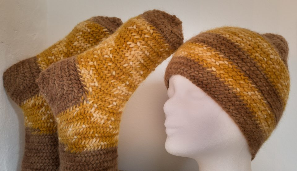 Nadelgebundene Socken und Mütze