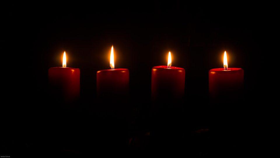 Vier Kerzenlichter bringen Licht im Mittwinter